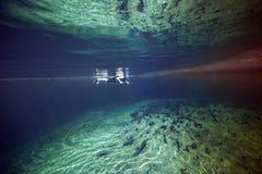 Snorkeler - Oppervlakte en Ondergedompelde Streken Stock Foto's