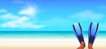 Snorkeler que encontra-se em uma praia tropical com aletas azuis Foto de Stock Royalty Free