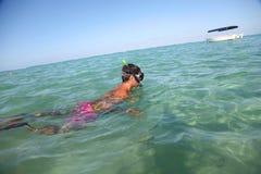 Snorkeler in water stock afbeelding