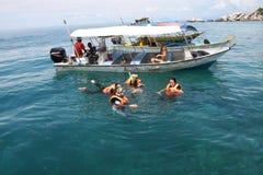 Snorkelers i den Perhentian ön Arkivfoton