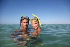 Snorkelers i vatten Royaltyfri Bild