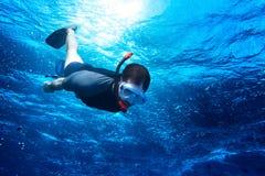 Snorkeling вниз в темносинее ocea Стоковая Фотография