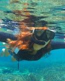 Snorkeling женщина в воде Заплывание девушки свободных волос милое в море Стоковые Фото