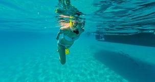 Snorkeling женщина исследуя красивое sealife океана, подводный p Стоковая Фотография