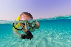 Snorkeling женщина исследуя красивое sealife океана Стоковая Фотография RF