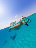 Snorkeling женщина исследуя красивое sealife океана Стоковые Изображения
