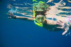 Snorkeling приниманнсяый за девушкой Стоковое Изображение