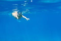 Молодые женщины на snorkeling в море Andaman Стоковые Изображения