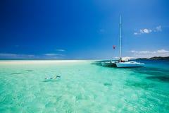Snorkeling i grunt bevattnar av catamaranen Arkivfoton