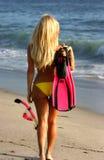 Snorkeling indo da mulher loura Fotografia de Stock