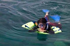 snorkeling kvinna för asiatisk dykningscuba Royaltyfria Bilder