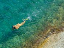 snorkeling kvinnabarn royaltyfria foton
