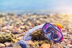 Snorkeling maski Snorkel Wodnych sportów Sucha przekładnia na kamień plaży linii brzegowej morzu Relaksuje wakacje pojęcia Wakacy Obrazy Royalty Free