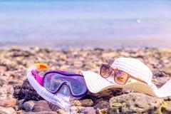 Snorkeling maski Snorkel Wodnych sportów Sucha przekładnia na kamień plaży linii brzegowej morzu Relaksuje wakacje pojęcia Wakacy Zdjęcie Royalty Free