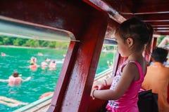 Snorkeling no mar crianças que olham no barco Fotos de Stock