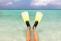 Snorkeling no oceano Aletas nos pés na água clara, Maldivas imagens de stock