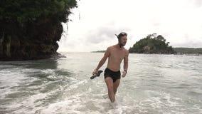 snorkeling Sirva la salida del mar con las aletas que llevan una máscara del salto almacen de video