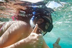 snorkeling undervattens- kvinna för stående Arkivbild