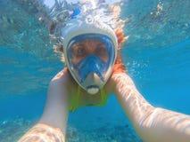 Snorkeling w pełnej twarzy masce Lato aktywność Piękna dziewczyna w płytkim seawater Zdjęcie Royalty Free