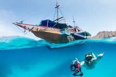 Snorkeller和一条传统小船 免版税库存照片