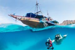 Snorkeller e una barca tradizionale Fotografie Stock Libere da Diritti