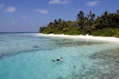 Snorkeller in een lagune Maldavian Royalty-vrije Stock Fotografie