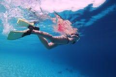 snorkelling kvinnabarn arkivfoton