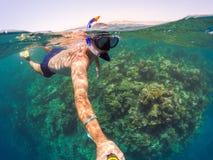 Snorkeln simmar i grunt vatten, Röda havet, Egypten Safaga Arkivfoton