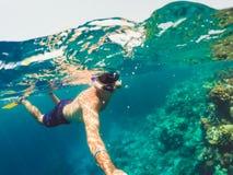 Snorkeln simmar i grunt vatten, Röda havet, Egypten Safaga Arkivfoto