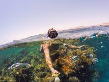 Snorkeln simmar i grunt vatten, Röda havet, Egypten Safaga Arkivbilder