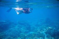 Snorkla flickan i rakt framifrån snorkla maskering och fena Kvinnasimning royaltyfri fotografi