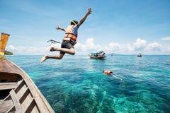 Snorkla hoppar dykare i vattnet arkivfoton