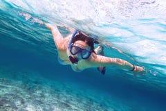Snorkla i det tropiska havet Arkivbild