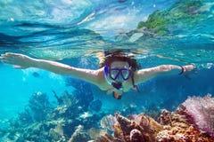 Snorkla i det tropiska vattnet Arkivfoton
