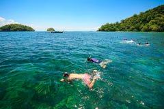 Snorkla i det tropiska vattnet Royaltyfri Bild