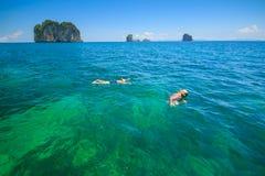 Snorkla i det tropiska vattnet Arkivfoto
