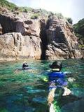 Snorkla turisten på grottorna av Pulauen Pinang på ön av Redang royaltyfri foto
