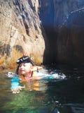 Snorkla turisten på grottorna av Pulauen Pinang på ön av Redang royaltyfria foton