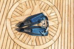 Snorkla utrustning på ett lyxigt yachtdäck royaltyfri bild