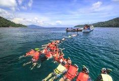 Snorkle de personnes dans une baie de tarutao photographie stock