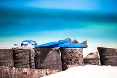 Snorkling设备面具、废气管和飞翅在白色海滩 库存图片