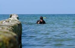 Snorkling im Ozean Stockbild