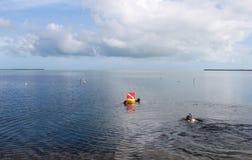 Snorkling w Floryda kluczach z bezpieczeństwo flaga i pławikiem zdjęcia royalty free