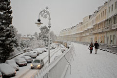 Snow, bilar och folk i Clifton växande kungliga York Royaltyfri Foto