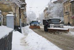 Snow-borttagning bearbetar med maskin rengöringar gatan av snow Royaltyfri Bild