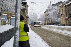 Snow-borttagning bearbetar med maskin rengöringar gatan av snow Royaltyfri Foto