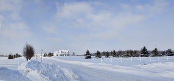 Snow-bound Huis Voor de betere inkomstklasse stock afbeelding