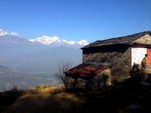 Snow-capped berg, bluesky en dorp Royalty-vrije Stock Afbeeldingen