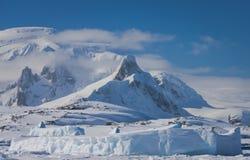 Snow-capped Berge lizenzfreie stockfotos