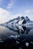 Snow-capped Berge stockbild